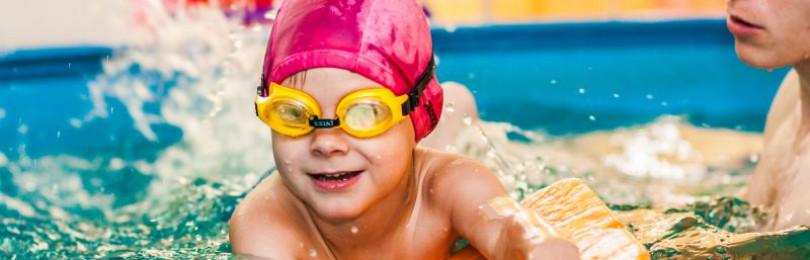 Занятие плаванием для ребенка от 3 лет в бассейне, значение занятий