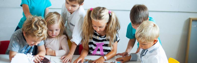 Занятия по рисованию маминого портрета в средних группах детсада