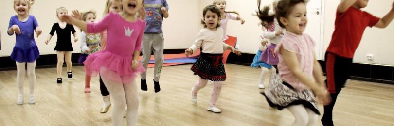 Малыши танцуют: как поддержать ребенка перед выступлением в саду