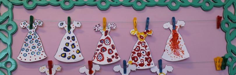 Декоративное украшение контура платья на уроке ИЗО в средней группе