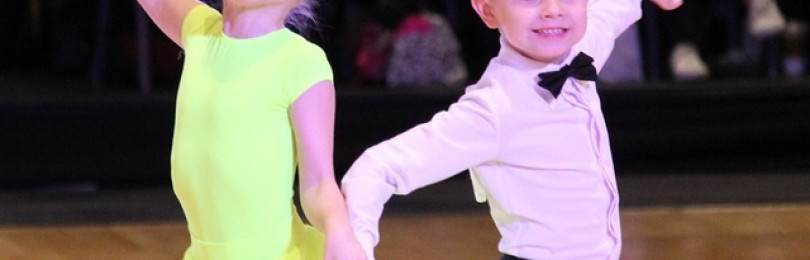Дети танцуют бальные танцы  самба, ча-ча-ча, латино