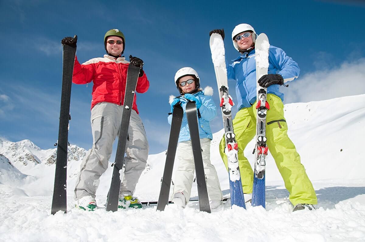 Семья катается на горных лыжах