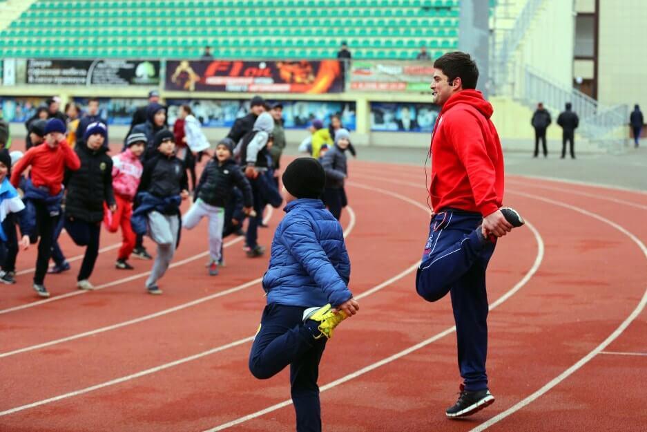Занятия спортом на стадионе