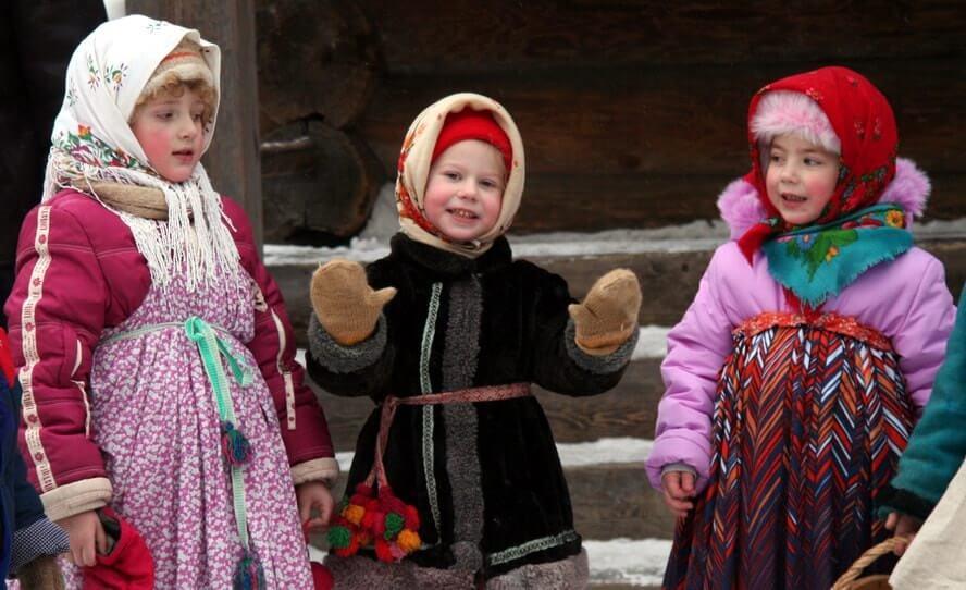 Дети собираются на колядки