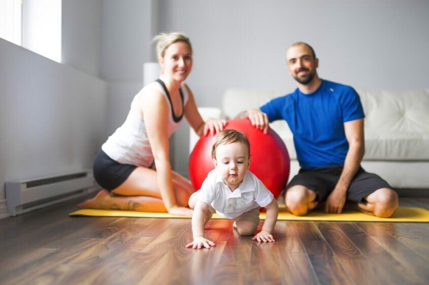 Члены семьи делают упражнения с ребенком