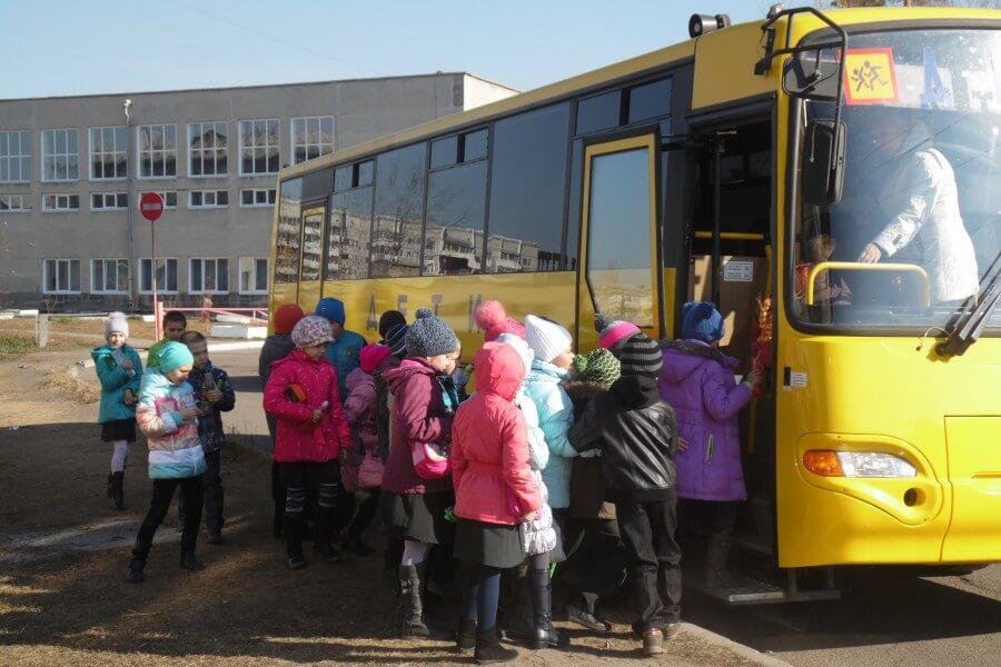 Дети заходят в автобус