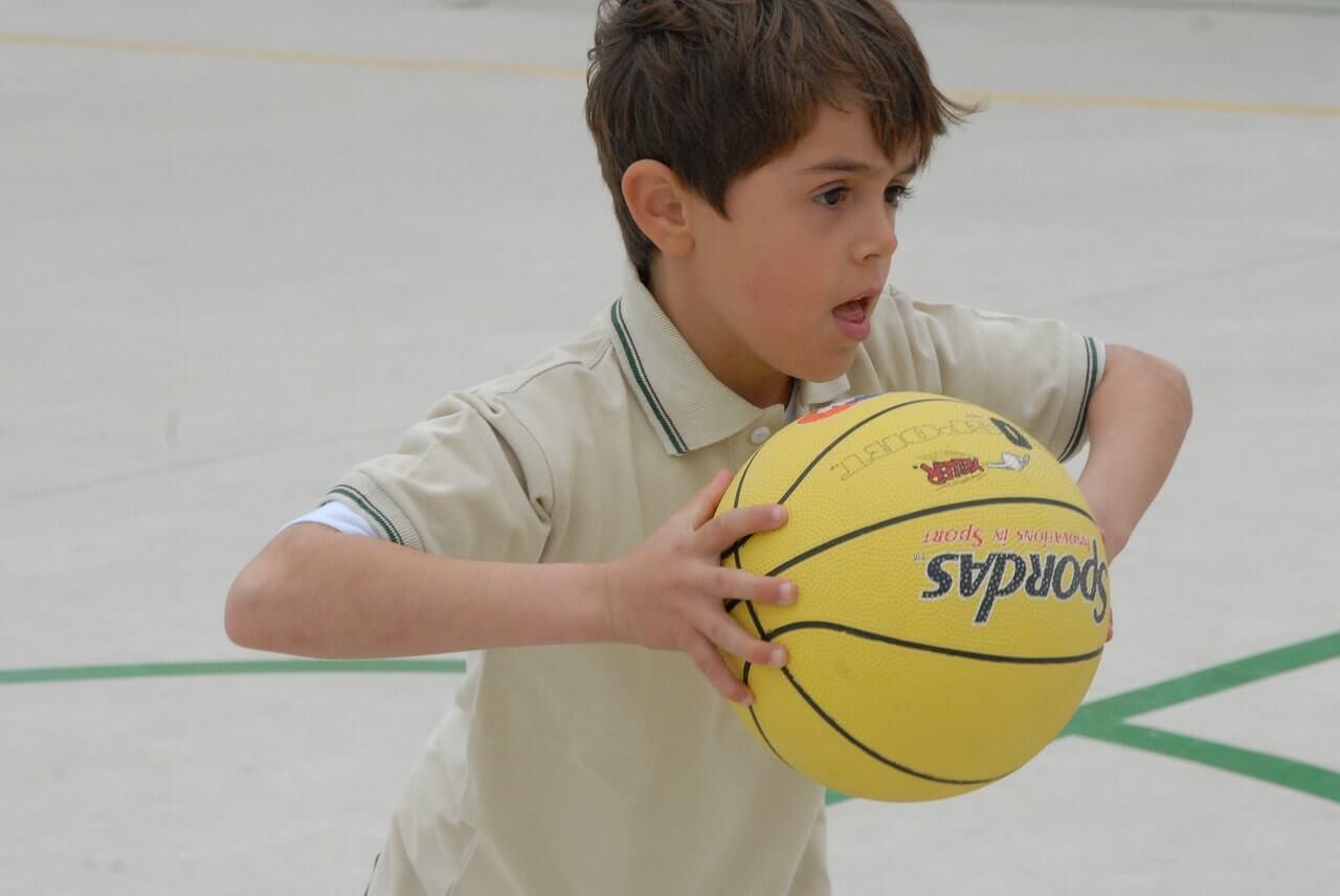 Мальчик с баскетбольным мячом