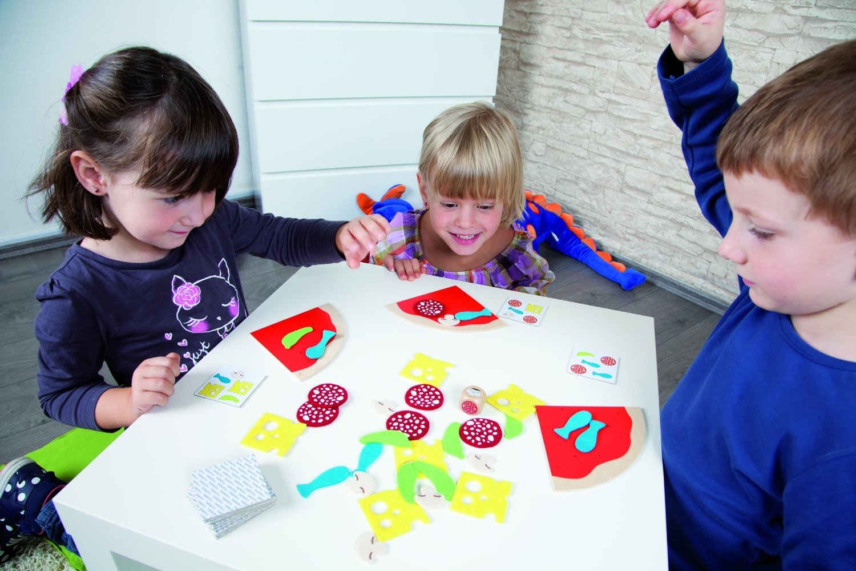 Картинка ребенок играет в развивающие игры