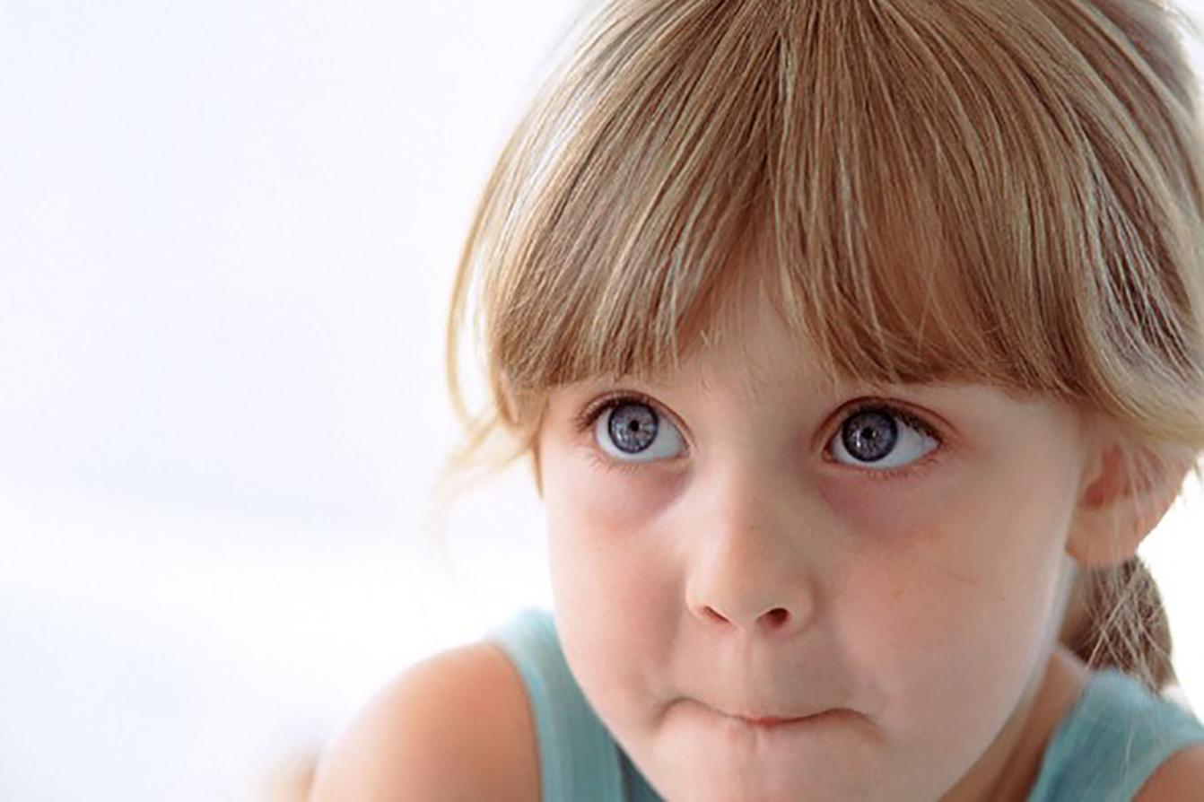 Девочка сжала губы, учится правильно говорить