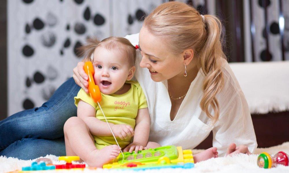 Мама играет с дочкой в телефон