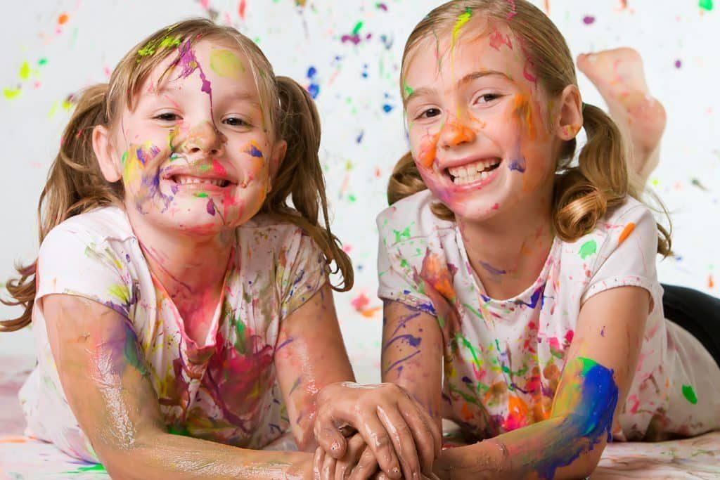 Девочки рисовали и испачкались в краске