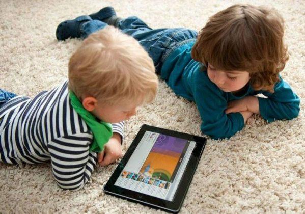 Дети смотрят в планшет