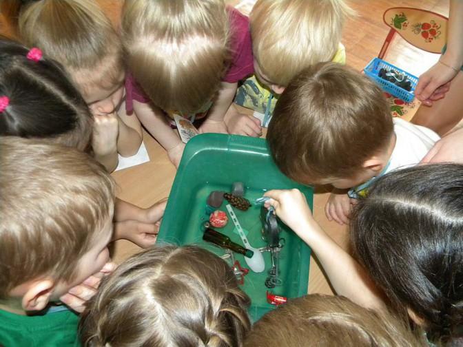 Дети экспериментируют с магнитами