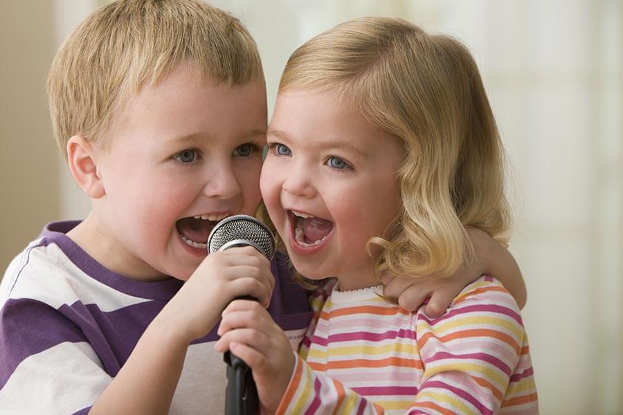 Малыши поют в микрофон дуэтом