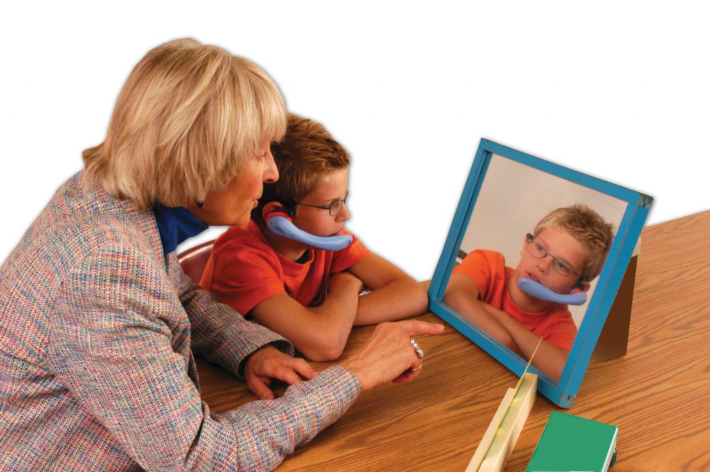 Взрослый занимается с заикающимся дошкольником