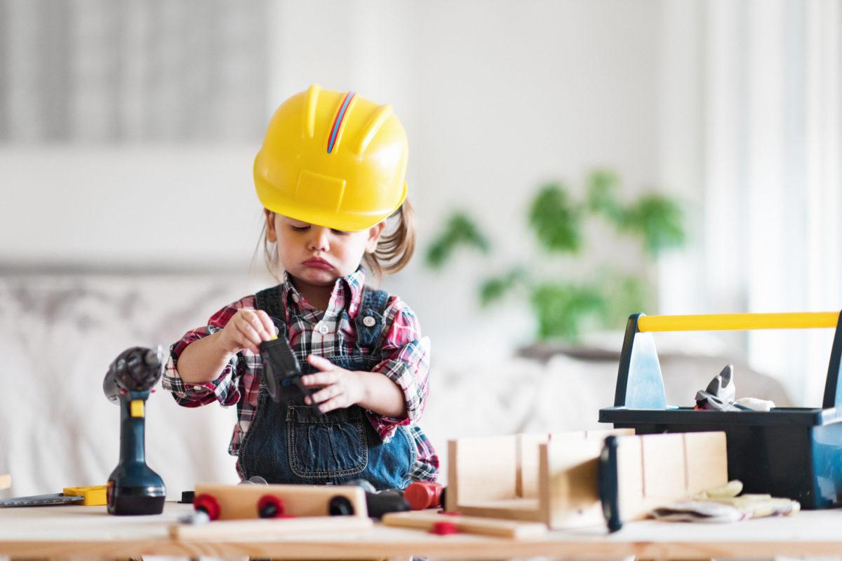Тематическая неделя «Профессии», девочка в строительной каске