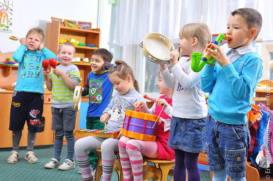 Дети в детском саду играют на музыкальных инструментах