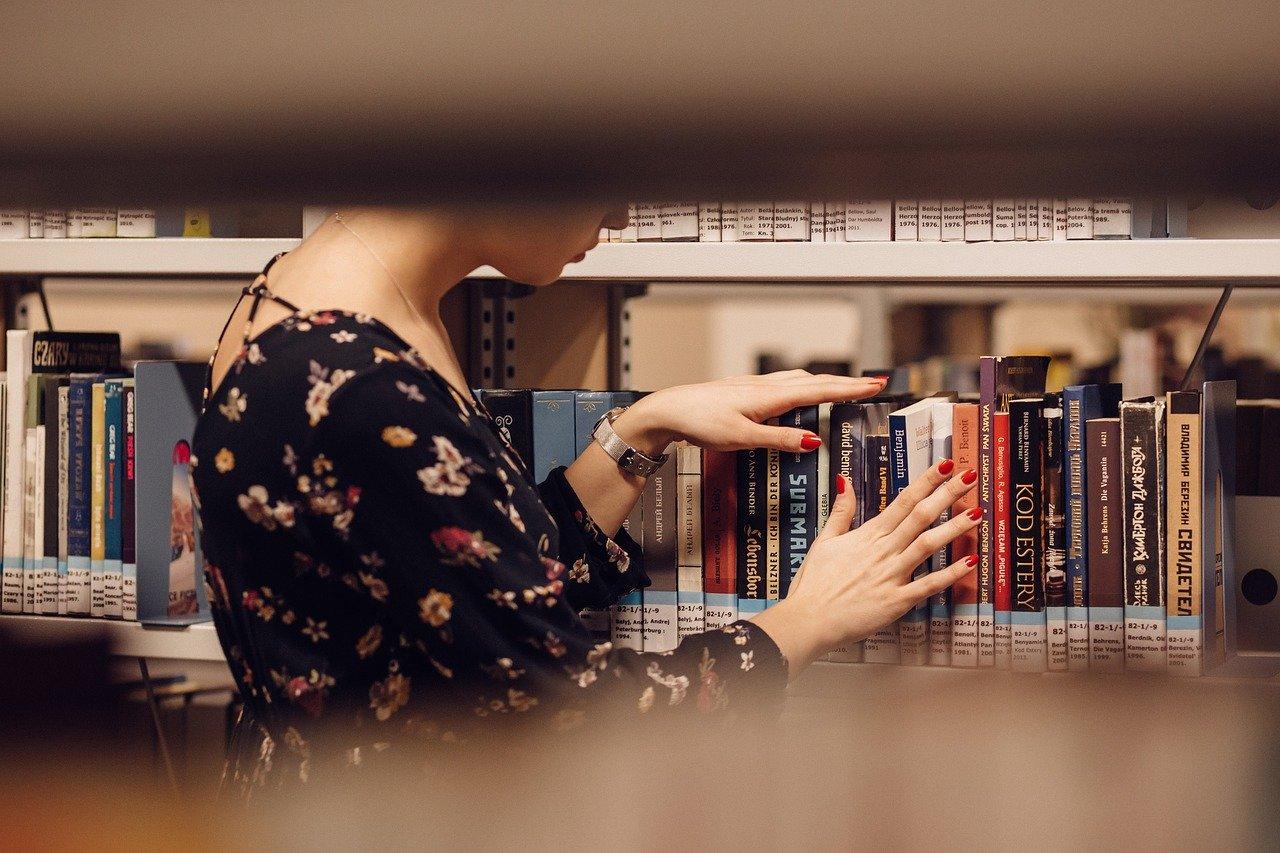Девушка выбирает книгу