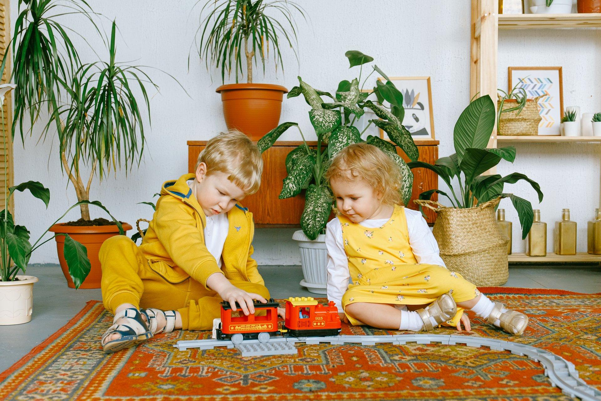 Дети играют в паровоз