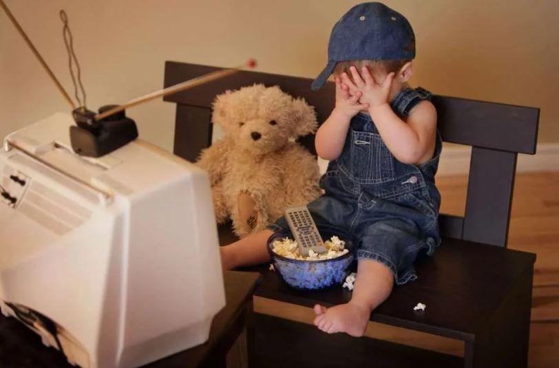 Малыш перед телевизором
