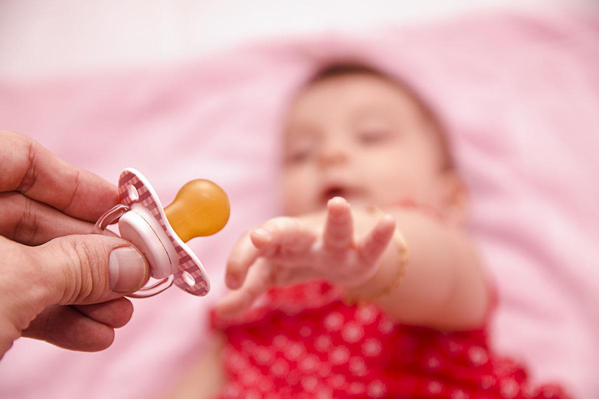 Малыш тянется к соске