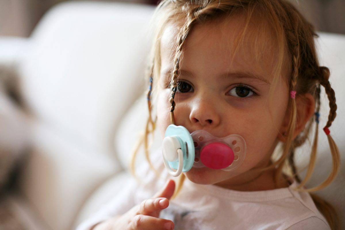 Девочка с двумя сосками во рту