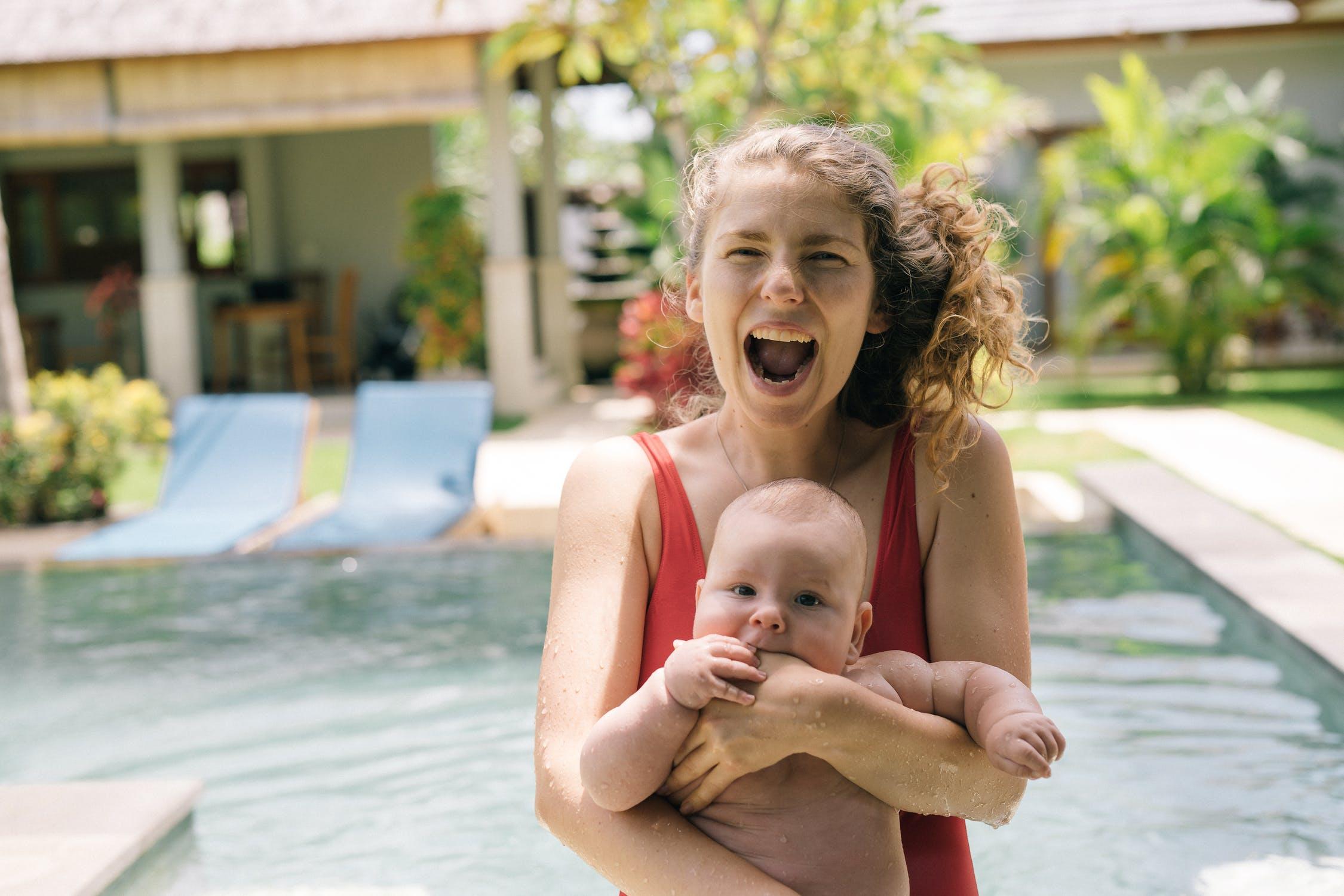 Мама с малышом выходят из бассейна
