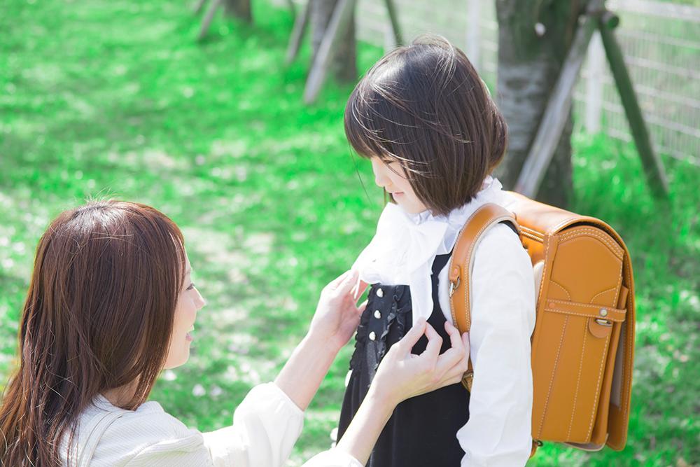 Мама собирает дочку в школу