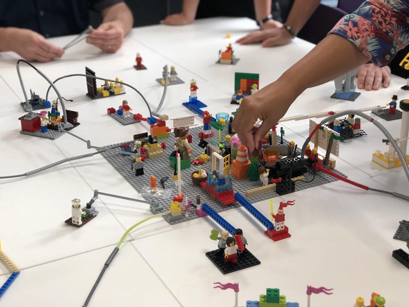 Дети собирают lego, польза конструктора