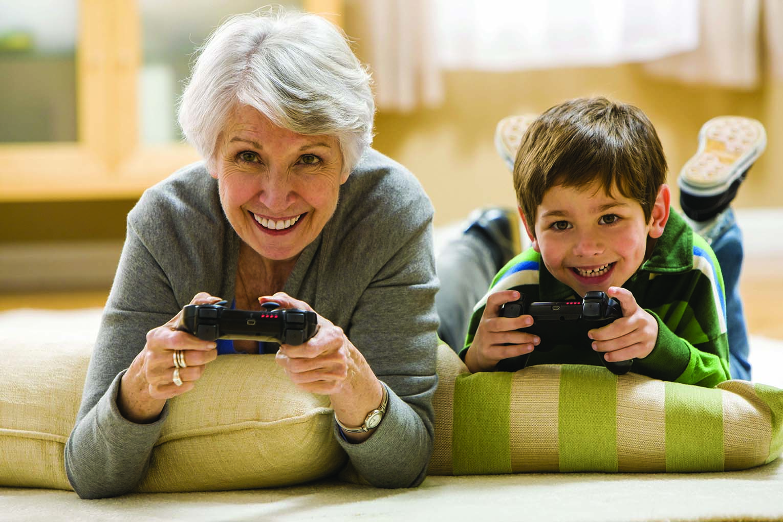 Бабушка играет с внуком