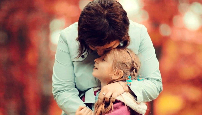 Мама говорит дочери, что любит ее