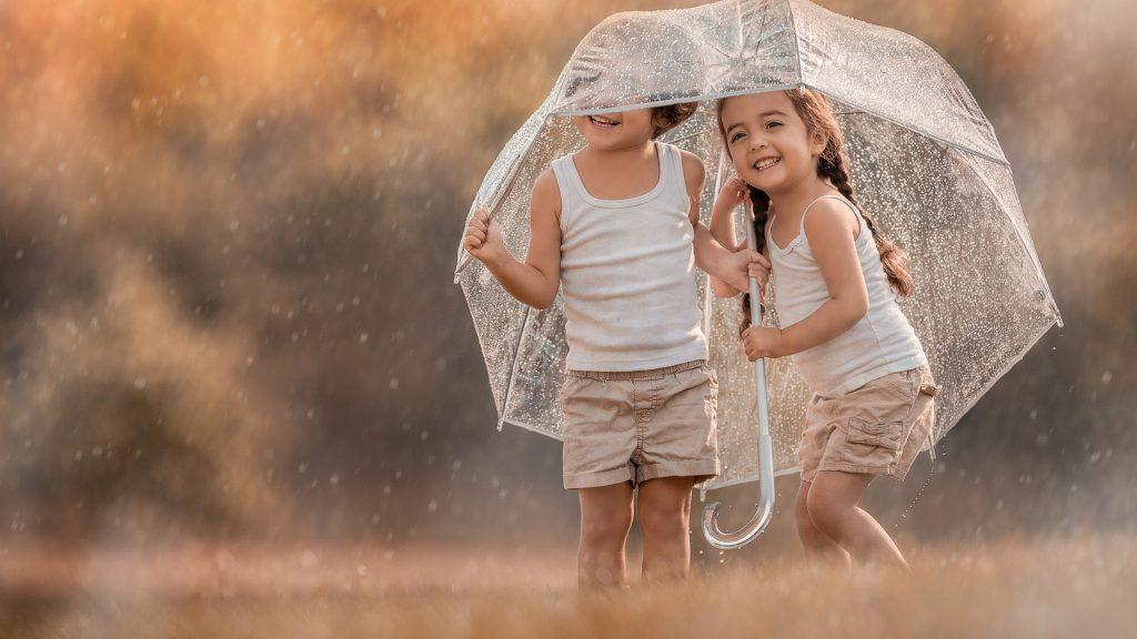То жара, то ливень, то ветер... А как одеть ребенка в такую погоду?